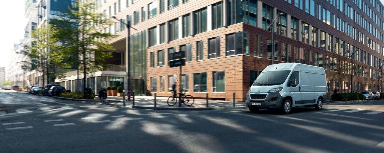 Peugeot Boxer FULL ELECTRIC : Une version 100% électrique avec 2 niveaux d'autonomie selon la version : jusqu'à 225 km (NEDC) pour les longueurs L1 et L2, et jusqu'à 270 km (NEDC) pour les longueurs L3 et L4.