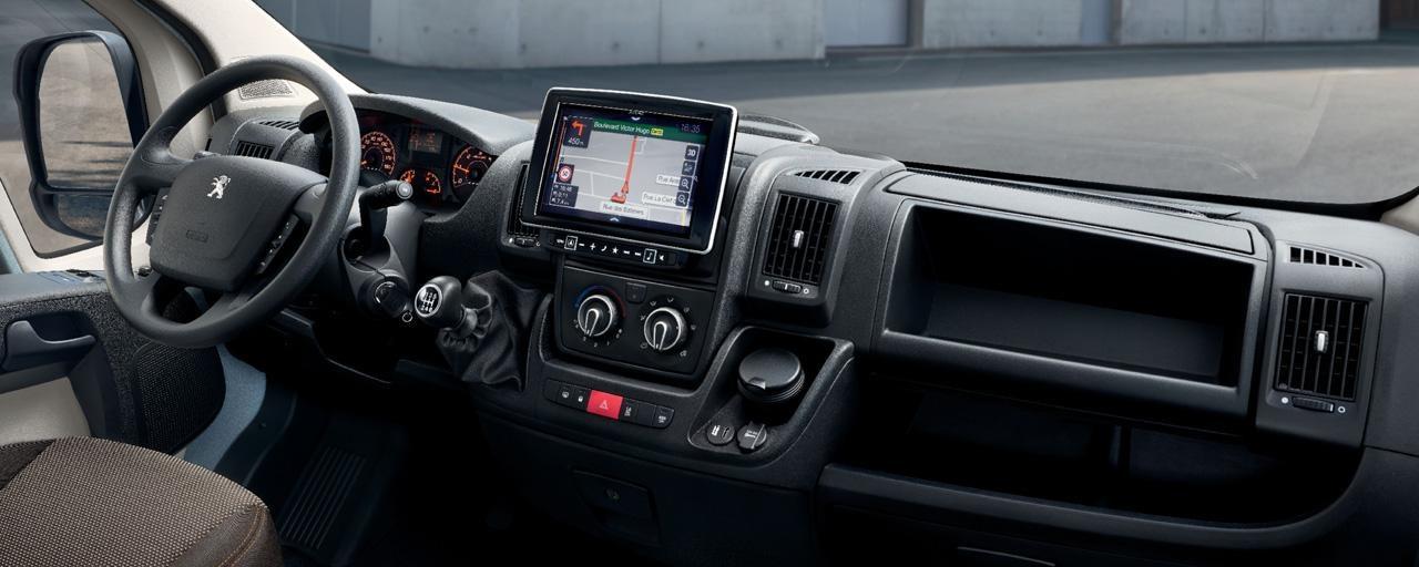 Nouvelle navigation avec écran tactile de 9 pouces pour utiliser les applications de votre smartphone directement sur l'écran de votre PEUGEOT Boxer, connectez 2 téléphones en simultané via Bluetooth