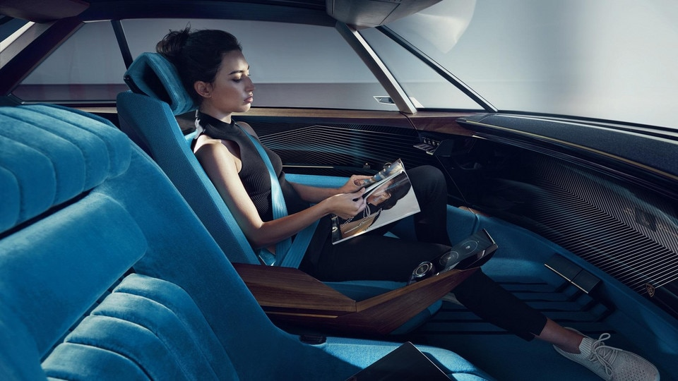 PEUGEOT e-LEGEND CONCEPT: l a voiture autonome avec de nouveaux usages pour retrouver du temps