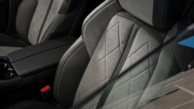 Nouvelle PEUGEOT 508 HYBRID GT, garnissage exclusif en Alcantara® gris Gréval